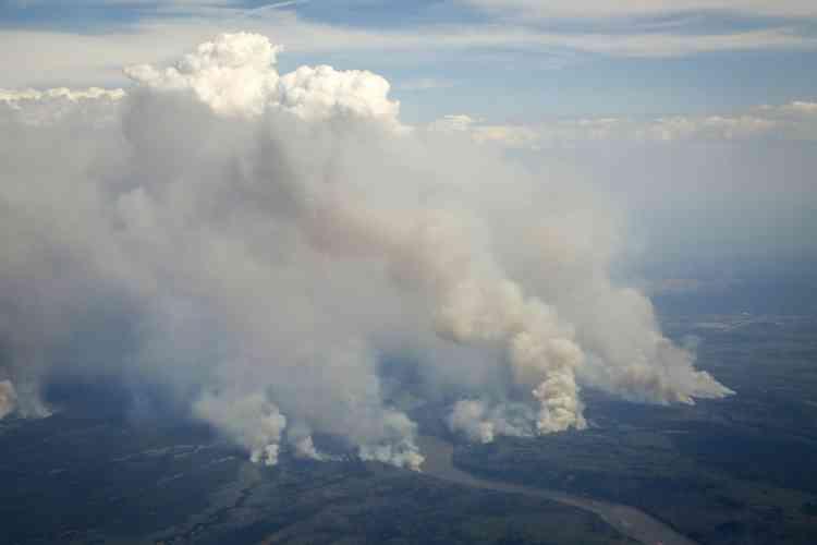 Les pompiers jugent que les feux sont compliqués à combattre, tant les vents, soufflant à 40 km/h, alimentent les flammes dans plusieurs endroits de la ville. Avec des températures record (31 degrés mercredi à Fort McMurray) et l'air sec ambiant, les flammes dévorent à grande vitesse la forêt boréale alentour.