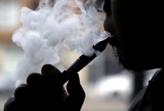 Au-delà de l'ordonnance du 20 mai, c'est la philosophie même de la directive européenne de 2014 sur le tabac, qui encadre strictement les produits du vapotage, que contestent les associations.