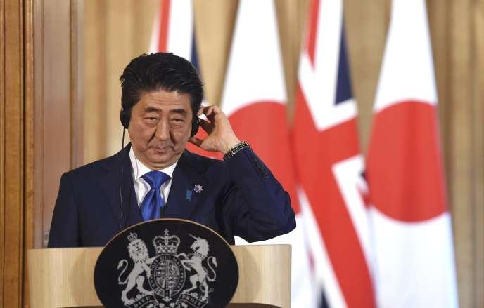 Le premier ministre japonais, Shinzo Abe, lors d'une conférence de presse commune avec son homologue britannique, David Cameron, le 5 mai, à Londres.