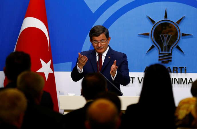 Le premier ministre turc Ahmet Davutoglu lors de l'annonce de sa démission au siège de son parti ( AK ).