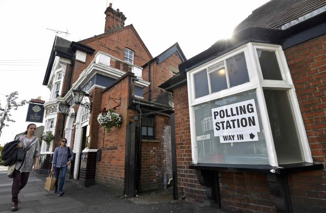 Devant un bureau de vote à Londres, le 5 mai.