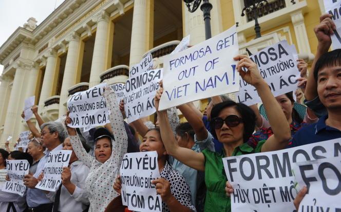 Des Vietnamiens proposent contre le groupe taïwanais Formosa lors d'une manifestation le 1er mai 2016 à Hanoï.