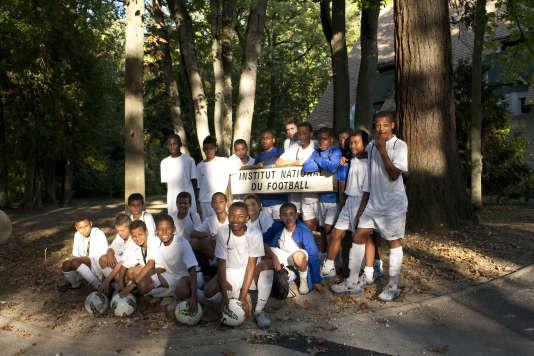 """La promo 98 au centre de préformation de Clairefontaine (Yvelines), en septembre 2011. Kylian Mbappé est au premier rang, le quatrième en partant de la gauche. Samy Hammour, veste bleue, est accroupi sous le mot """"football"""" du panneau."""
