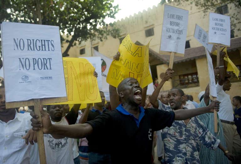 Manifestation à Lamu, en mars 2012, contre le projet de construction du complexe portuaire sur la côte kényane. La petite îlede l'océan Indien est classée au patrimoine mondial de l'Unesco.