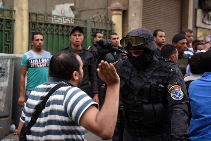 Tensions entre un journaliste et un policier lors d'une manifestation pour exiger le limogeage du ministre de l'Intérieur, le 4 mai 2016, devant le siège du syndicat des journalistes au Caire.