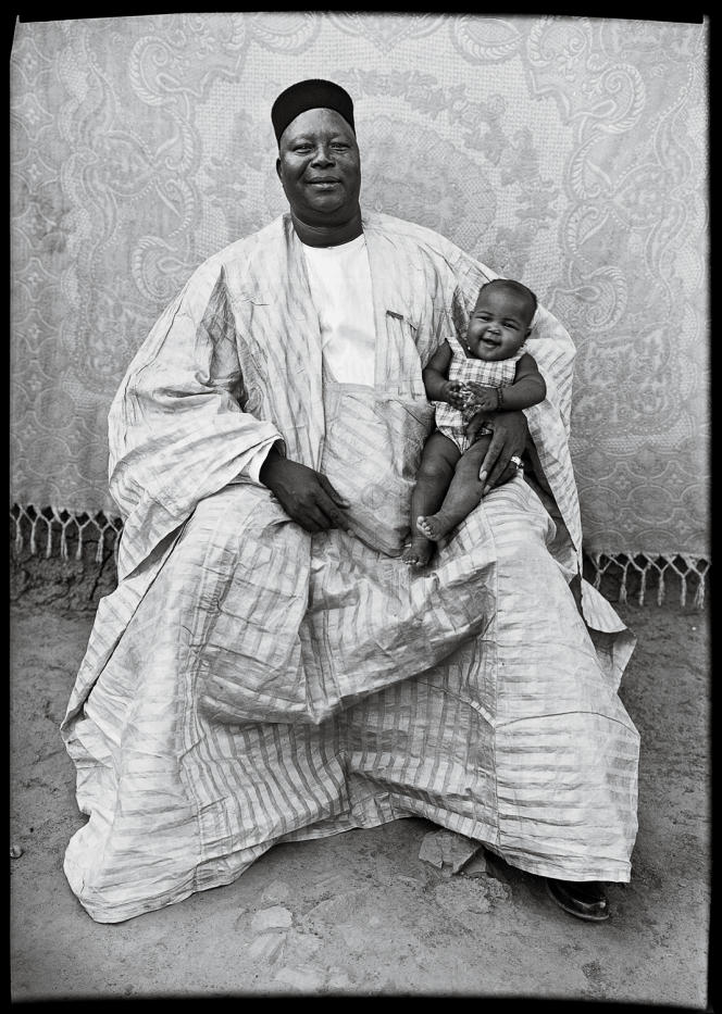 En costumes traditionnels ou bien branchés, ils ont été des centaines à poser pour Seydou Keïta.