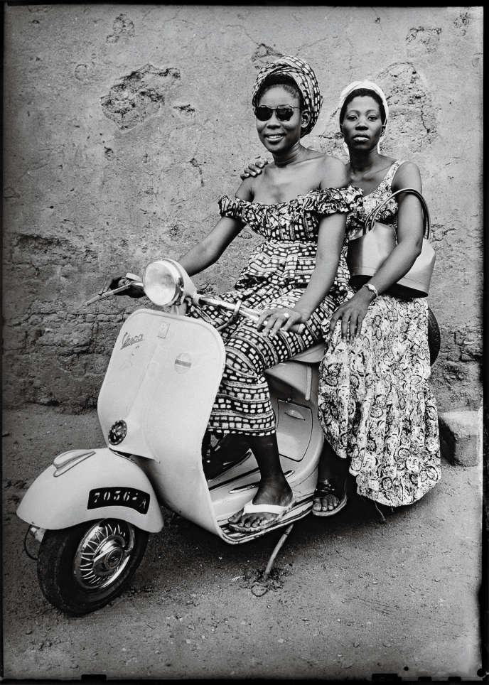 Les objets symboles de la réussite sociale étaient souvent prêtés par le photographe lui-même.