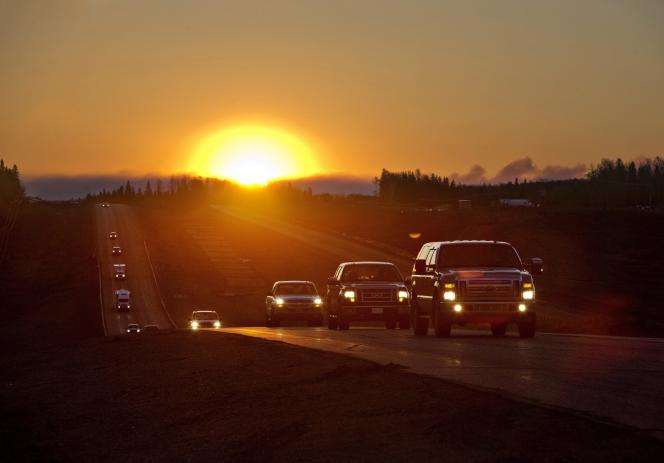 Des files interminables de voitures fuyant les flammes dans la région de Fort McMurray, en Alberta, vendredi 6 mai.