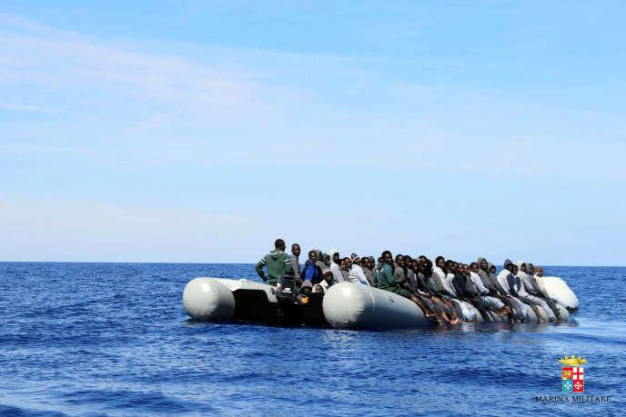 Des migrants attendent d'être secourus par un bateau de la marine italienne au large des côtes de la Sicile (photo publiée par la marine italienne le vendredi 6mai.
