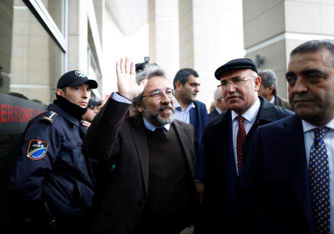 Can Dündar devant le palais de justice d'Istanbul, le 6 mai 2016.