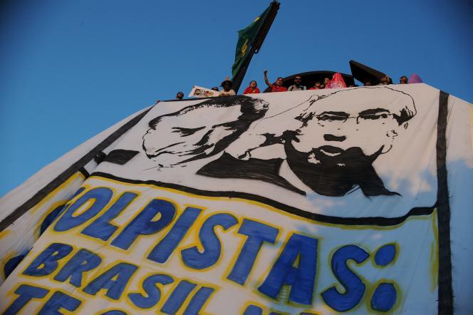 Des manifestants à Brasilia se réjouissent de la décision de la Cour suprême du Brésil de suspendre le président de la Chambre des députés, Eduardo Cunha, accusé de corruption, jeudi 5 mai 2016.