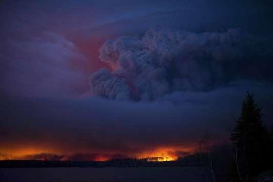 Un incendie massif fait rage au sud de Fort McMurray, en Alberta, le 4 mai.