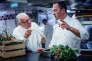 Alain Ducasse (à gauche) et son chef Romain Meder dans les cuisines du palace parisien, le Plaza Athénée.