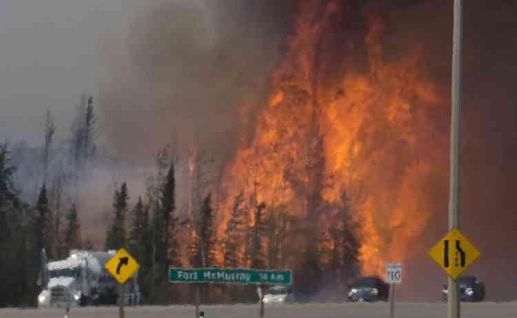 Vendredi, plus de 1100pompiers se débattaient sur le terrain avec 49foyers, dont 7totalement hors de contrôle.
