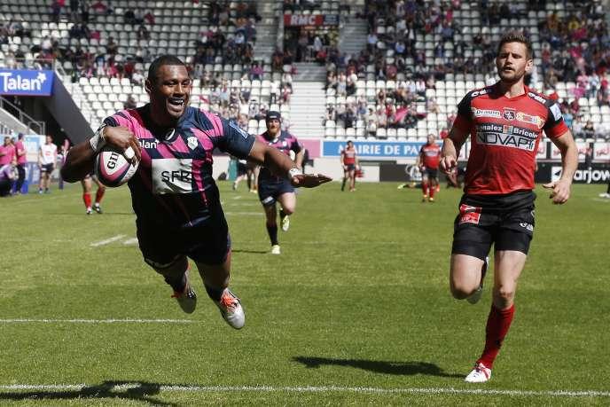 Le Fidjien du Stade Français Waisea Nayacalevu marque un essai, le 7 mai 2016 face à Oyonnax.