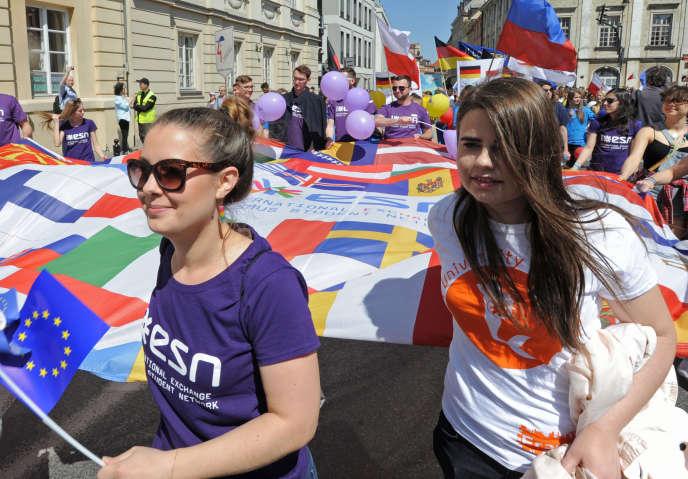 Plus de 240 000 personnes ont défilé le samedi 7 mai, dans les rues de Varsovie (Pologne), pour «préserver la place de la Pologne en Europe », face à la politique des conservateurs au pouvoir.