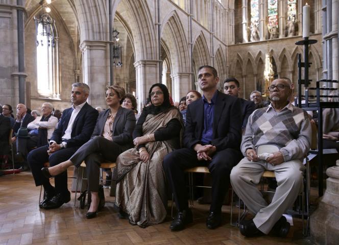 Lors de la prestation de serment du nouveau maire de Londres, Sadiq Khan (àgauche), en présence de sa femme, à ses côtés.