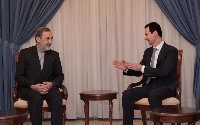 Le président Bachar Al-Assad rencontre Ali Akbar Velayati, conseiller diplomatique du Guide suprême iranien Ali Khamenei. Image fournie par l'agence officielle SANA.