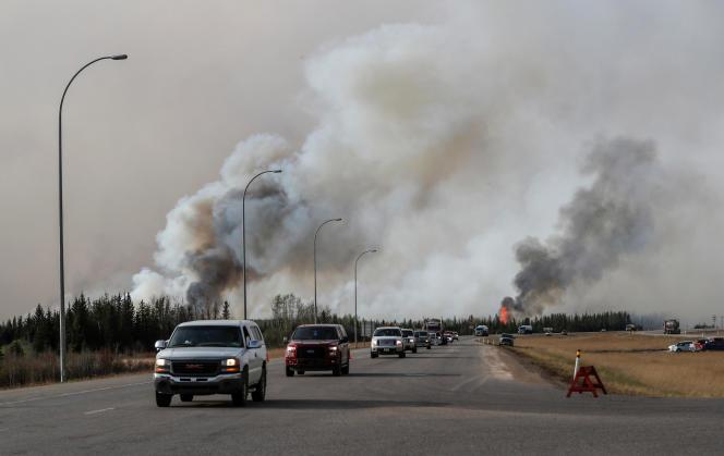 Un convoi d'habitants en cours d'évacuation près de Fort McMurray au Canada le 6 mai 2016.
