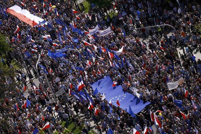 Plus de 240 000 personnes ont défilé le 7mai dans les rues de Varsovie pour «préserver la place de la Pologne en Europe» face à la politique des conservateurs au pouvoir.