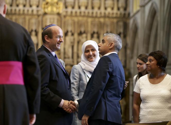 Sadiq Khan félicité après sa prise de fonction, le 7 mai à Londres.