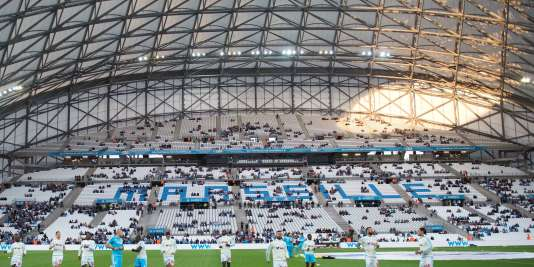 Football orange pose sa griffe sur le stade v lodrome for Porte 7 stade velodrome