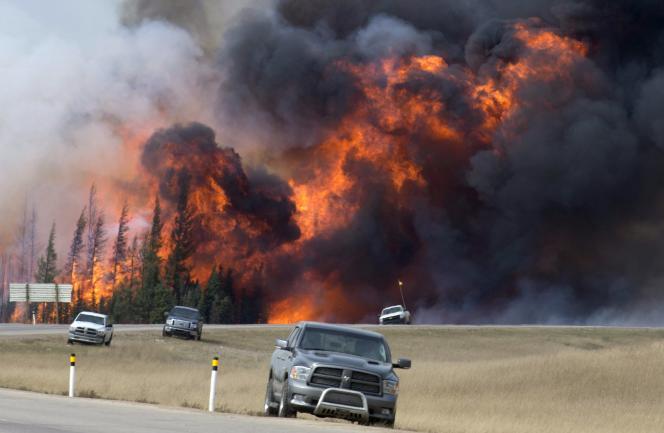 Des habitants  de Fort McMurray ont dû abandonner leur véhicule lors de l'évacuation de la ville.