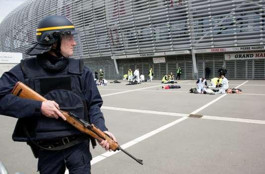 Lors d'une simulation d'une attaque terroriste le 21 avril à Lille.