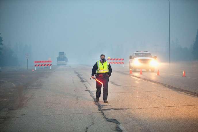 L'incendie continuait à progresser dans la région de Fort McMurray, dans l'ouest du Canada, le 8 mai 2016.