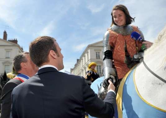 Le ministre de l'économie, Emmanuel Macron (de dos au premier plan), lors des Fêtes johanniques à Orléans, dimanche 8 mai.