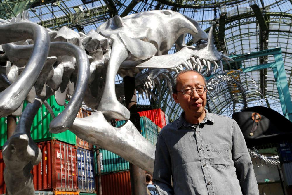 Installé en France depuis 1989, l'artiste chinois Huang Yong Ping opte pour la démesure. Plusieurs de ses créations ont déjà fait date: les colonnes perçant le toit du pavillon français à la Biennale de Venise (1999) ou, plus récemment, le «Serpent d'océan», squelette de métal échoué près de Saint-Nazaire (2012).