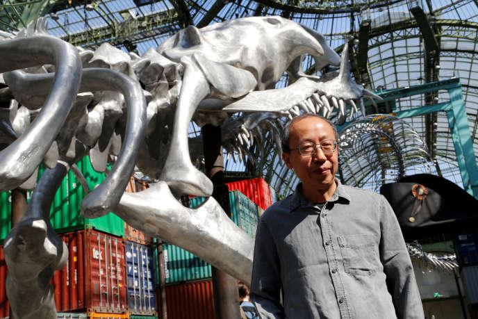 Huang Yong Ping devant son oeuvre, au Grand Palais, le 8 mai 2016.