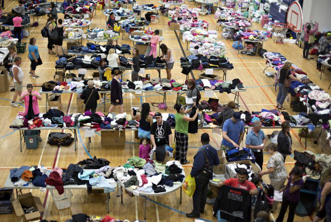 Dans la salle de sport sont rassemblés les dons mis à disposition des habitants de Fort McMurray qui ont dû fuir à cause de l'incendie.