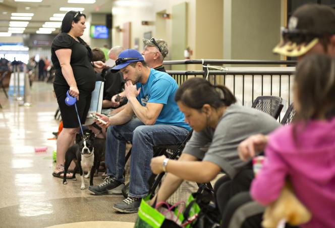 Au Bold Center, des évacués de Fort McMurray attendent pour enregistrer leur déclaration de perte aux assurances.