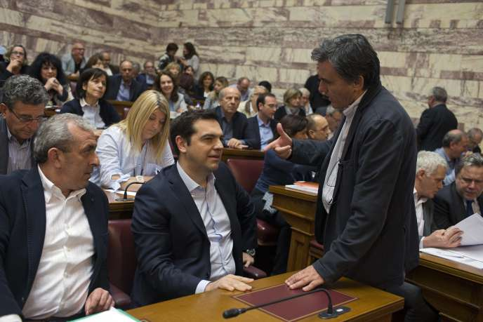 Alexis Tsipras et Euclide Tsakalotos, au Parlement d'Athènes, le 6 mai.