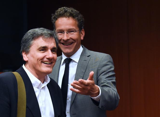Le ministre des finances grec Euclide Tsakalotos (g) s'entretient avec le ministre des finances néerlandais et président de l'Eurogroupe, Jeroen Dijsselbloem (d), au cours d'une réunion de l'Eurogroupe au siège de l'UE à Bruxelles, le 9 mai 2016.