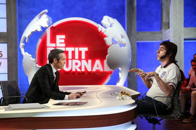 Yann Barthès, sur le plateau de l'émission en clair, et son invité l'acteur Sacha Baron Cohen, le 26 février 2015