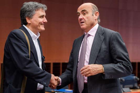 Le ministre des finances espagnol,Luis de Guindos, s'entretient avec le ministre des finances grec, Euclid Tsakalotos, à Bruxelles, lundi 9mai2016.
