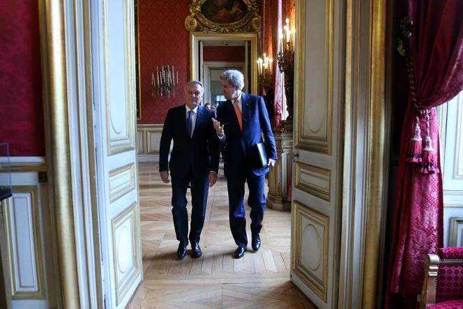 Le secrétaire d'Etat américain John Kerry arrive au ministère des affaires étrangères, lundi 9 mai, accompagné du ministre des affaires étrangères Jean-Marc Ayrault.