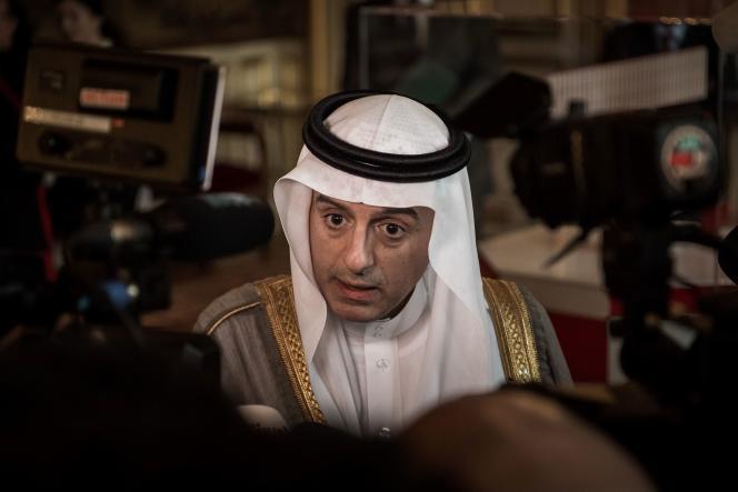 Le ministre des affaires étrangèresAdel bin Ahmed Al-Jubeir parle à la presse après une réunion sur la Syrie au ministère des affaires étrangères à Paris.