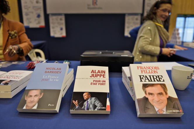 Conseil national des republicains à Paris expo porte de Versailles le 13 fevrier 2016. Les Livres de Nicolas Sarkozy Alain Juppé et de François Fillon
