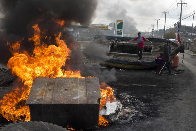 Des pêcheurs protestent à Chiloé pour l'obtention de dédommagements à la suite de la« marée rouge», le 6 mai 2016.