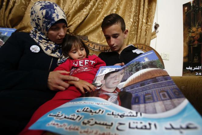 La mère, la soeur et le frère d'Abdel Fatah Al-Sharif, le Palestinien abattu, chez eux, à Hebron, en mai 2016.