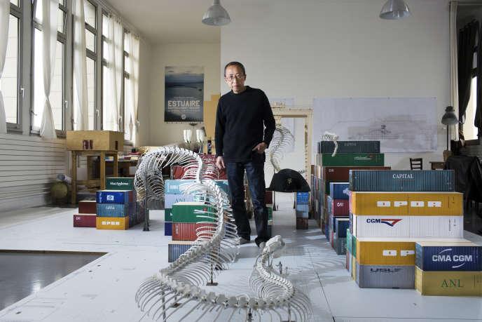 Huang Yong Ping dans son atelier d'Ivry-sur-Seine, dans le Val-de-Marne.