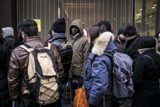 La file d'attente pour le renouvellement des permis de séjour devant la préfecture de Lyon, le 16 février 2015.