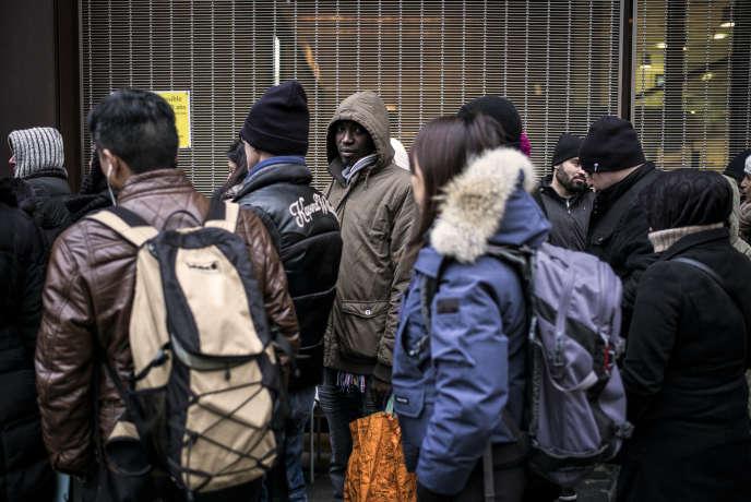Devant la préfecture de Lyon, en 2015, des étrangers résidant en France attendent pour faire renouveler leur titre de séjour.