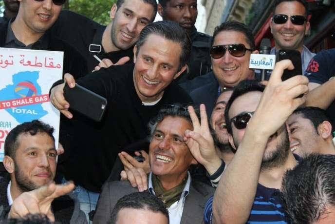 Image tirée du compte Facebook« Les amis deRachid Nekkaz». On le voit là dans sa campagne contre le gaz de schiste en Algérie.
