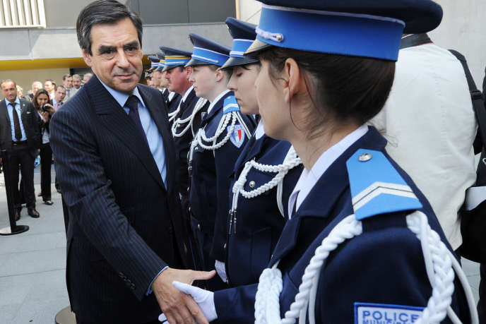 François Fillon, alors premier ministre, salue des policiers lors de l'inauguration du nouveau commissariat d'Ermont (Val-d'Oise), le 21 mai 2010.