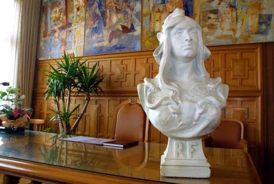 Le buste de Marianne, symbole de la République, dans un des bureaux de la mairie de Lille.