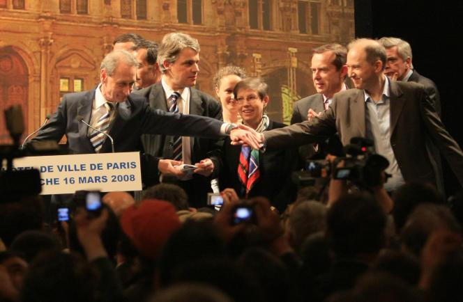 Bertrand Delanoë (à gauche) serre la main de Denis Baupin (à droite), à la suite de sa réélection à la mairie de Paris, en 2008.
